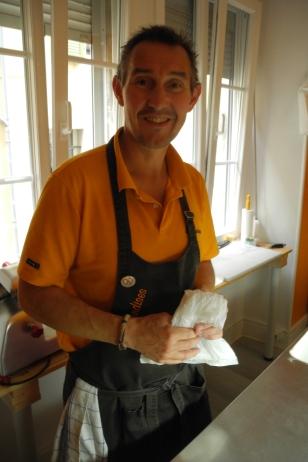 Eric Schacher, glücklich in Thann mit Käse und Wurst