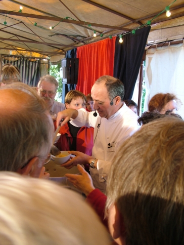 Marc Haeberlin gibt Garnelensuppe aus. (Archiv Pascal Cames, 2007)