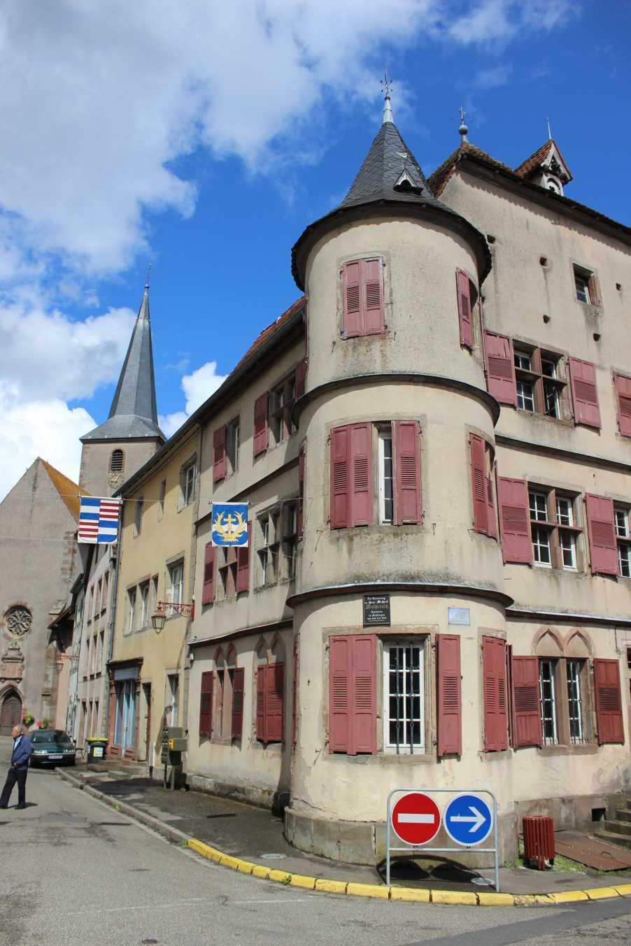 """Wenn man im Krummen Elsass (Alsace Bossue) unterwegs ist, kommt man fast nicht drumherum die Departementsgrenzen zu übertreten. Ruckzuck ist man in der Moselle, Lothringen, was man landschaftlich gar nicht groß merkt. Der Dialekt wäre ein anderer, sagten die Elsässer, aber der wechselt eh von Dorf zu Dorf, auch im Krummen Elsass. Eine schöne Entdeckung ist das an der Saar gelegene Fénétrange, das ehemalige Finstingen. Das 700 Seelen-Städtchen wurde bekannt durch den gebürtigen Willstätter Hans Michael Moscherosch (""""Bin ein Geborner Teutscher ...""""), der von 1635-1642 hier Amtsmann war. Fénétrange ist ein geheimnisvolle Ansammlung alter Steine, wo von unsichtbarer Hand die Zeit angehalten wird. Die alte Kirche mit den Grabsteinen rund herum, das Schloss aus dem 14. Jahrhundert, die schiefen Häuser, die abgeschossenen Fensterläden, sind alte Zeit. Nur der Himmel trägt keine Patina."""
