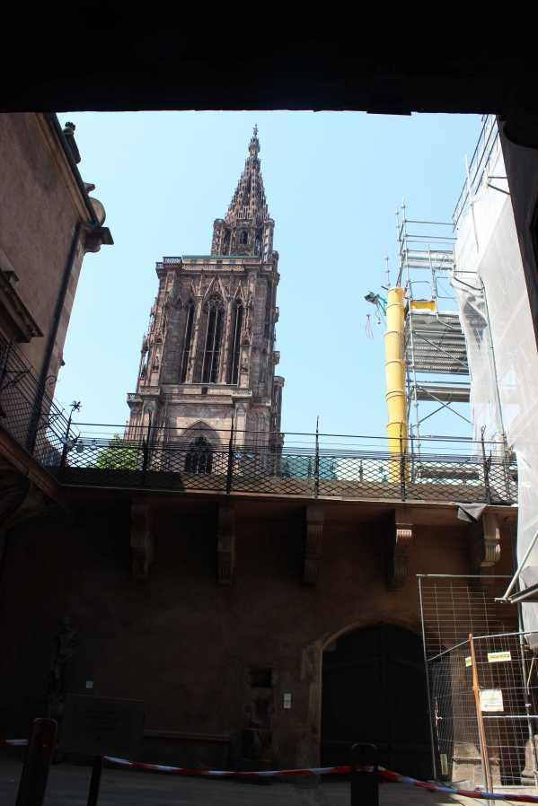 Schön eingerahmt: Das Straßburger Münster von der Münsterbauhütte aus gesehen