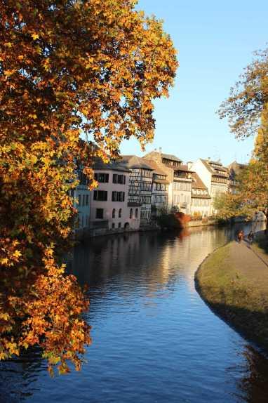 Heute nochmal im Angebot: Goldener Oktober. Schon seit jeher hat das Straßburger Viertel La Petite France eines besondere Beziehung zum Licht. Alles was irgendwie, irgendwo aufregt, Kummer oder Falten macht, wird in diesem goldenen Moment der Sonne ein- und weggeschmolzen.