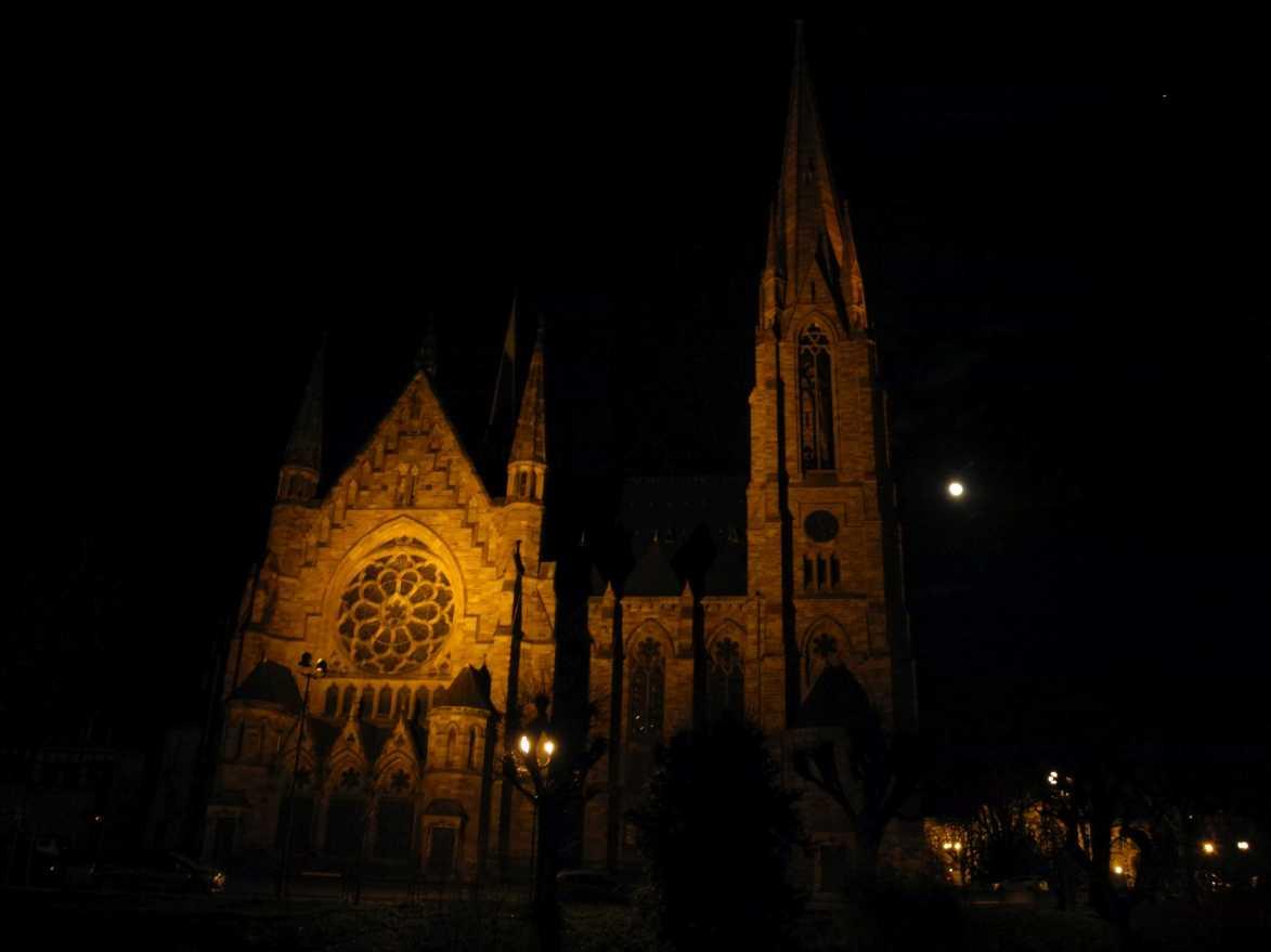 In the still of the night: Paulskirche (Église Saint-Paul) , dahinter liegen Universität, Goethe-Denkmal, Café Brand