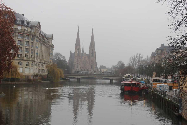 Straßburg bei Reigen mit Blick auf die Paulskirche (Église Saint-Paul) und das rote Schiff