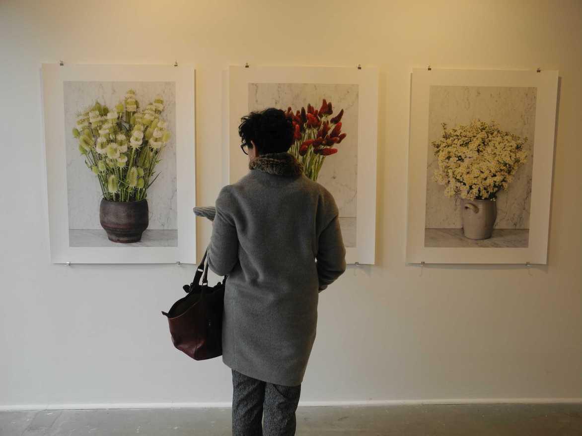You hit me with a flower - Besucherin vor Françoise Saurs Stillleben