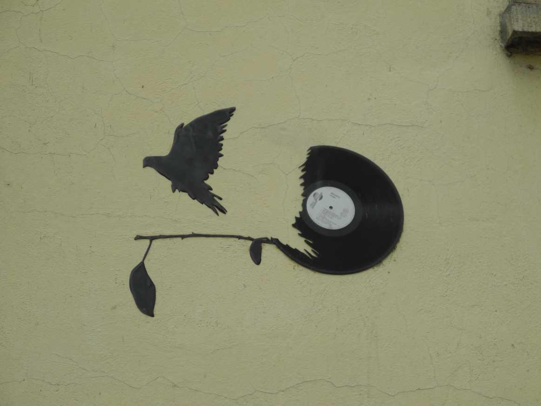 Paint it black / wir wissen, schwarz sehen bringt nichts, black is beautiful / und klar, alles hat zwei Seiten, both sides now / am Ende, oder war es am Anfang, war klar: Fly high! / es war dieser eine Song