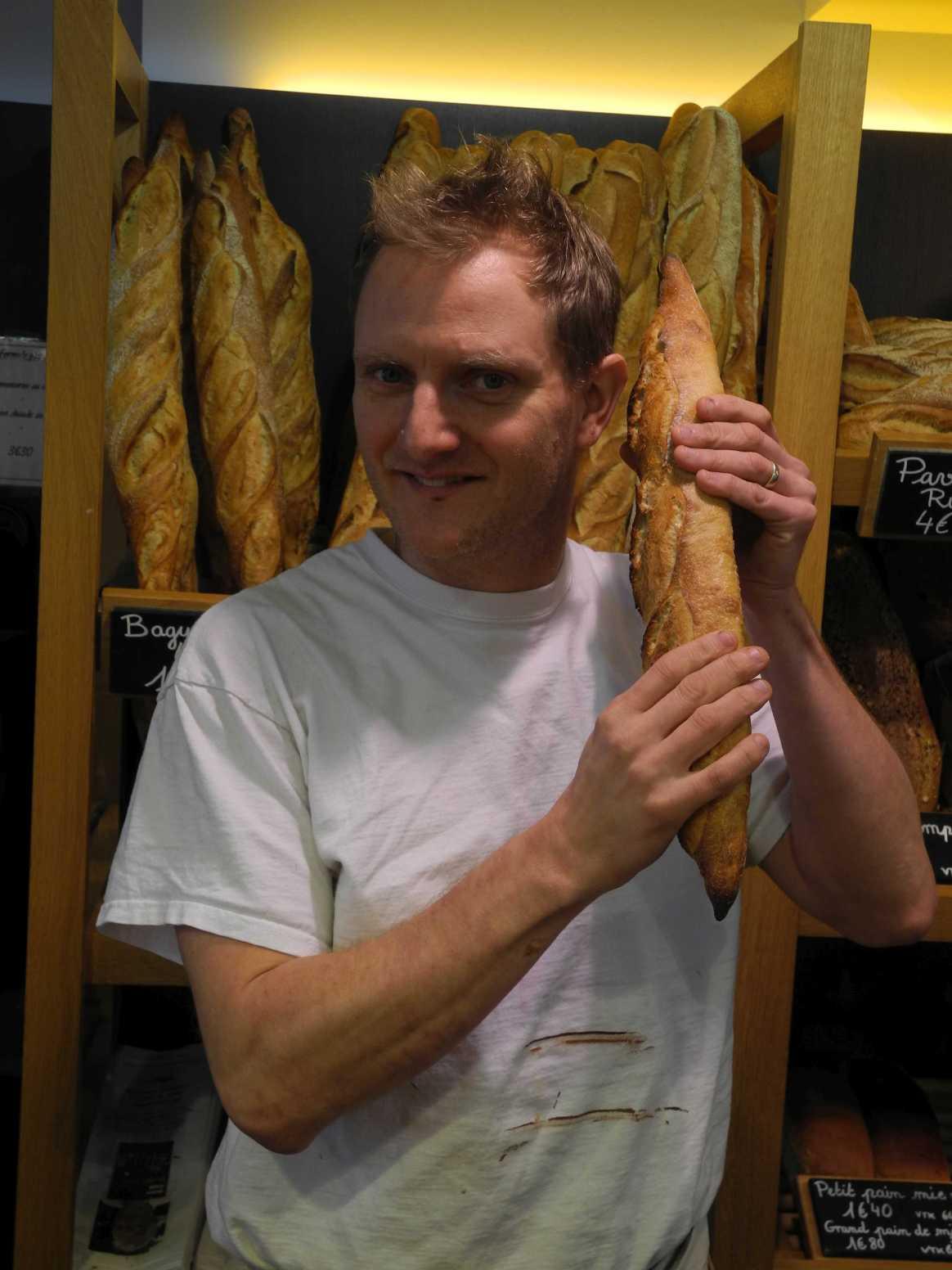 Hier knistert's. Bäcker Olivier Hanss und ein frischgebackene Baguette