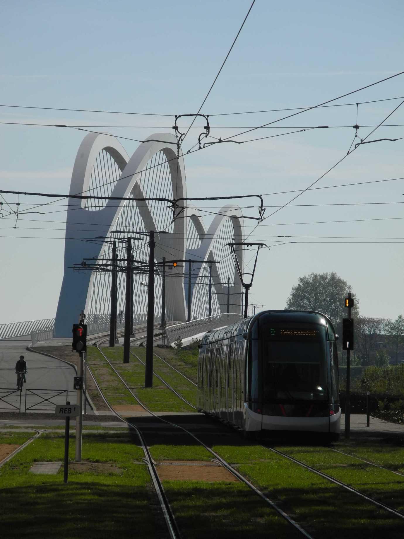 Tram Linie D, einen Hügel auf eine Brücke nach Deutschland hinauf fahrend