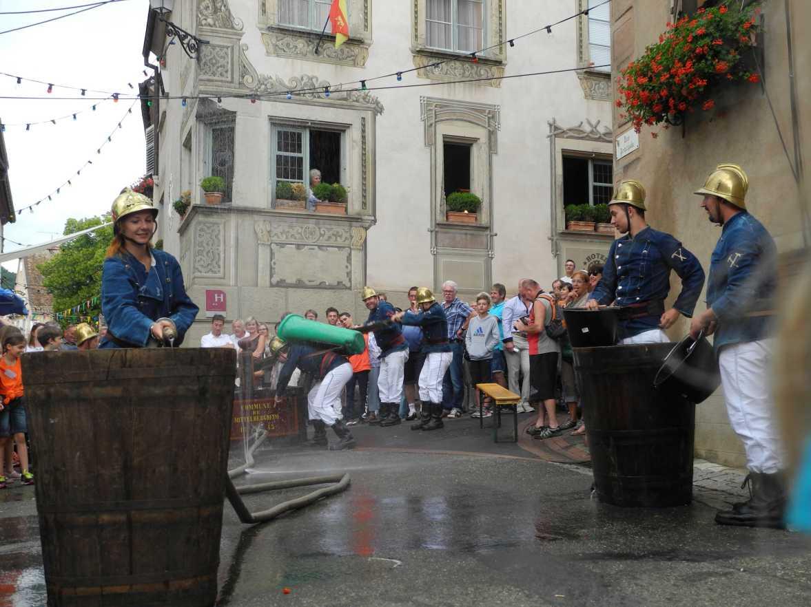 Die jährliche Feuerwehrübung ist einer der wenigen Momente, wo Wasser wichtiger ist, als Wein ...