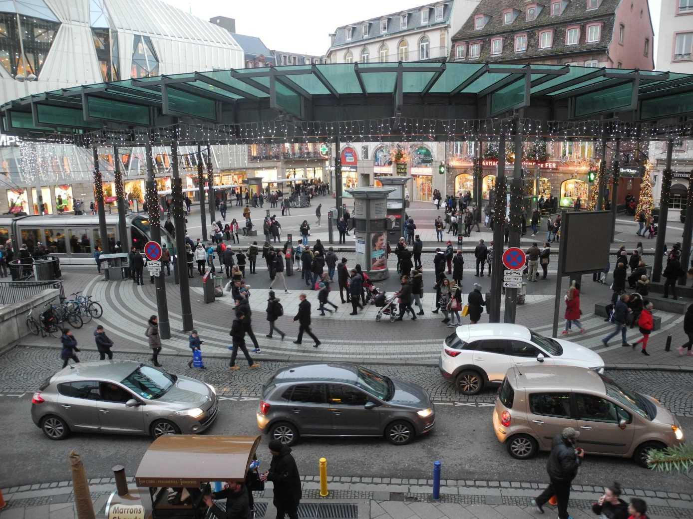 Quel bordel! Die Place Homme de Fer zwischen den Jahren, zwischen stop & go, rot und grün, Auto, Tram und Vélo, links oder rechts ... Wann wird es endlich wieder ruhiger? Sobald das Jahr anfängt ... (etwas)