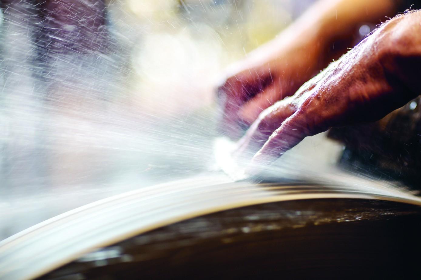 """Messer sind scharf! Springt der Funke über? Foto von Chris Terry aus """"Messer – Handwerk und Kultur des Küchenmessers"""" (Dumont)"""