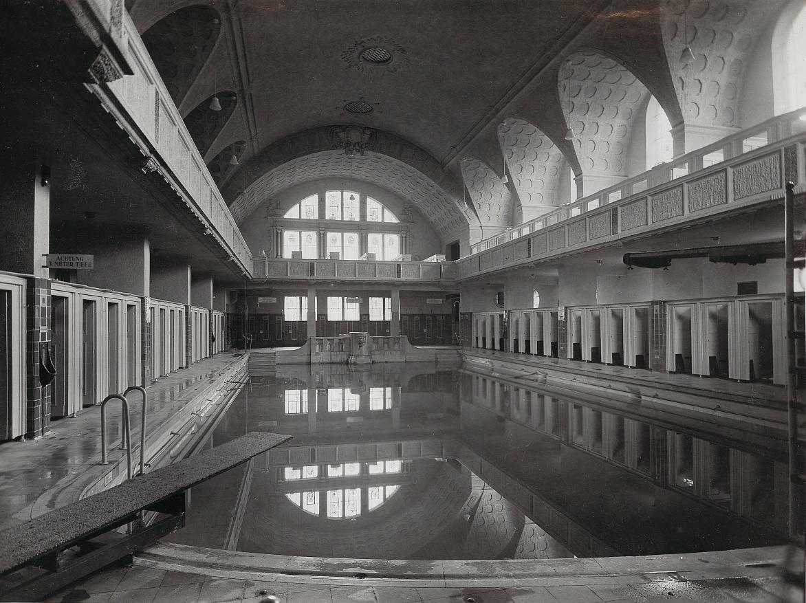Das Schwimmbad mit Kabinen. Quelle: Bains Municipaux