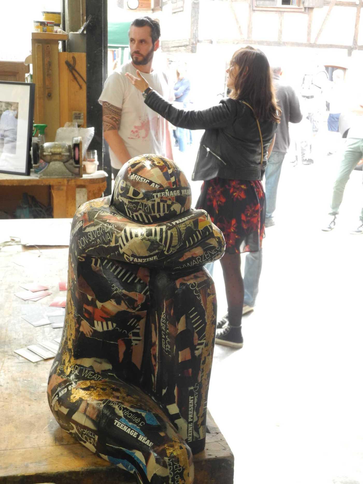 ... vorne Kunst, hinten der Übermaler Thomas Hofmann und die Tuschezeichnerin Véronique Archambault, die beide in der Tischlerei Boeckel ausstellten