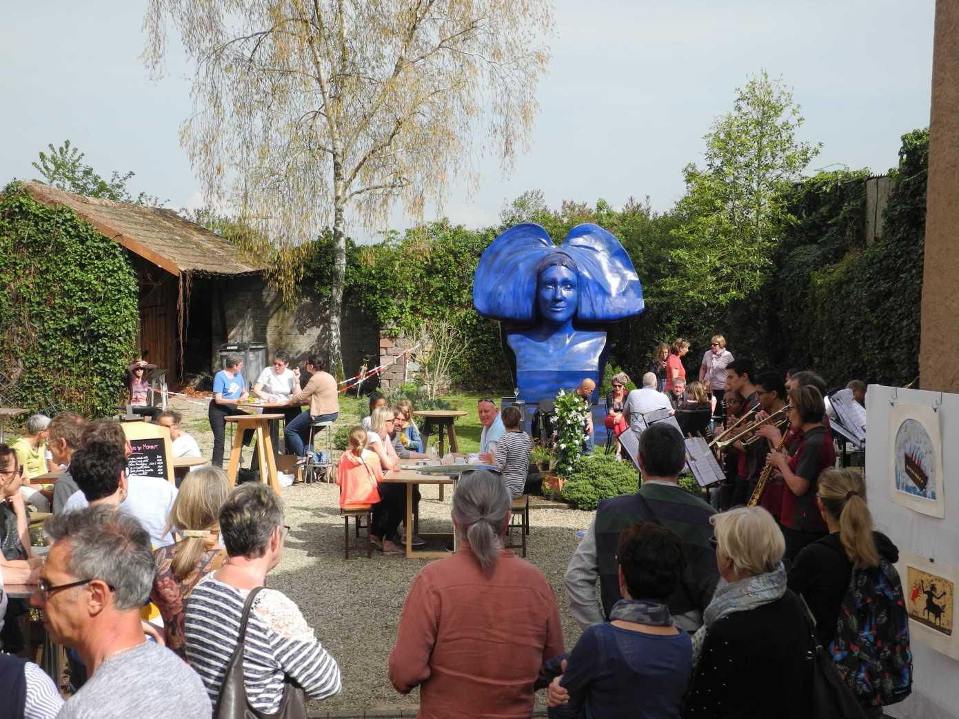 Die schöne Elsässerin macht auch mal blau, Kunst von Raymond E. Waydelich im Hof des Restaurant Am Lindeplatzel