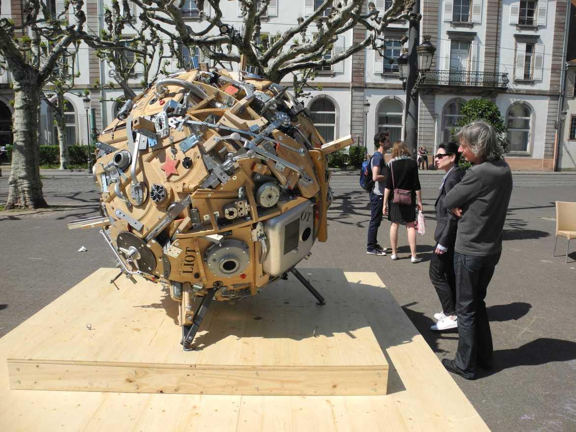 """About Schmidt - die Skulptur """"La Planete Schmidt"""" auf der Place Broglie"""