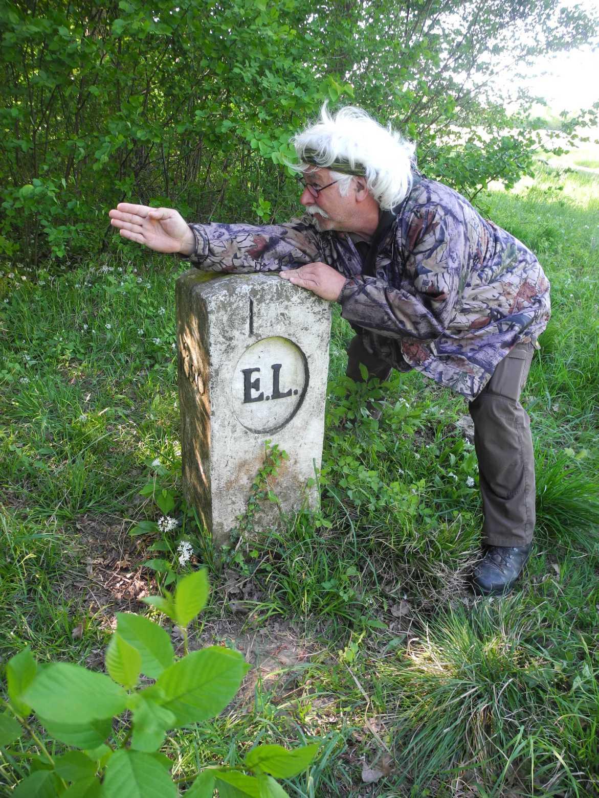 Der Rheinauen Ranger Peter Bux zeigt wo der nächste Grenzstein steht