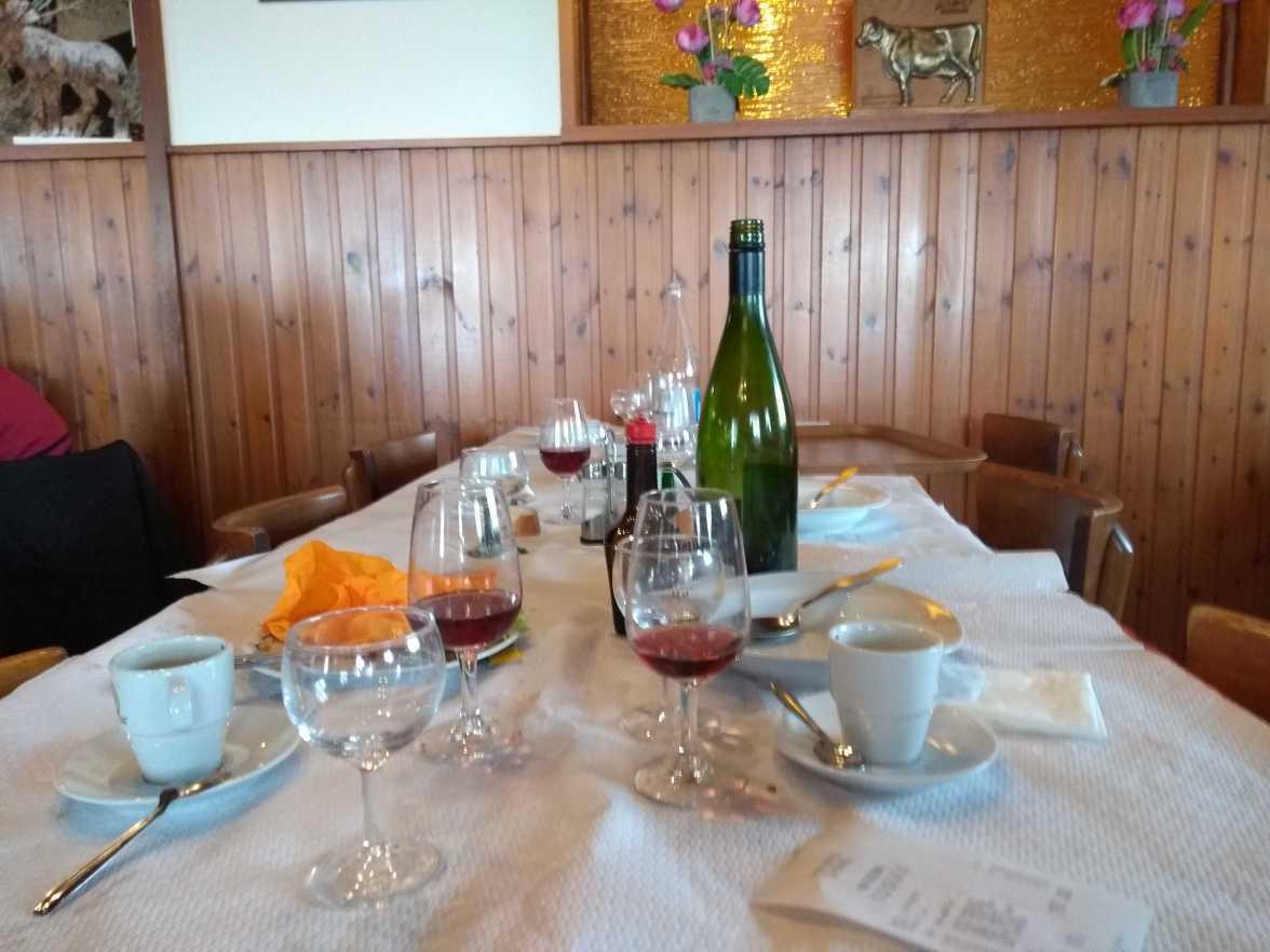 """Auf den ersten Blick ist das ein Tisch, an dem gut gegessen und getrunken wurde. Man beachte die Gläser mit Rotwein. In Deutschland wäre das undenkbar, spätestens beim aufstehen oder im Stehen würde man sich den Rest vom Rouge hinter die Binde kippen. """"Das lässt man nicht verkommen."""" In Frankreich bleibt so gut wie immer ein Rest Wein im Glas. Das zeugt weniger von einer """"Verschwendung von Lebensmitteln"""", sondern einem großzügigen """"ich muss nicht alles trinken"""" und einem sicheren """"genug ist genug"""". Das kleine Fläschchen Maggi wiederum ist ein Hinweis für die Region. Das Bild wurde im Elsass geknipst. In Brest, Nizza oder Paris wüsste man damit nicht viel anzufangen. Tischsitten A Table Frankreich Deutschland Regionalität Maggi"""